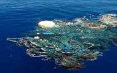 Isola di plastica che inquina le acque